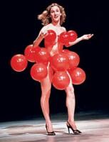全身綁滿紅氣球的女人